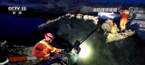 新疆自驾游被困沙漠边缘 消防前往救援