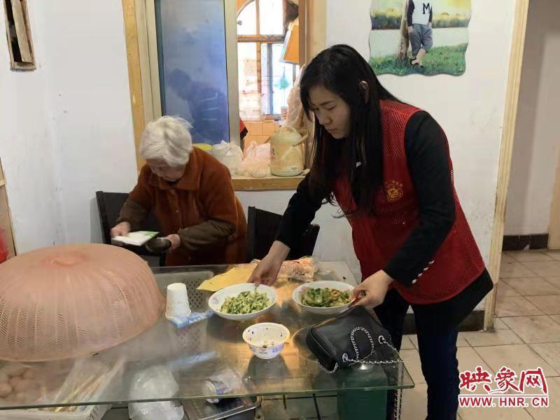 商丘市东方街道电业社区:困难老人吃上爱心午餐