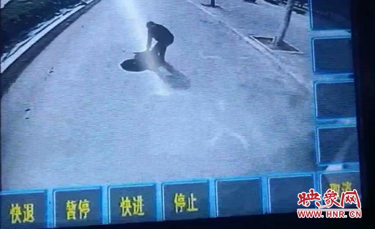 小举动暖人心 郑州公交车长徒手盖好井盖排除险情