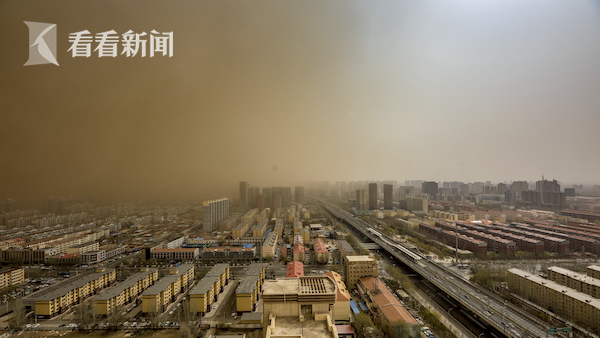 """延时记录沙尘暴过境呼和浩特 城市瞬间被""""吞噬"""""""