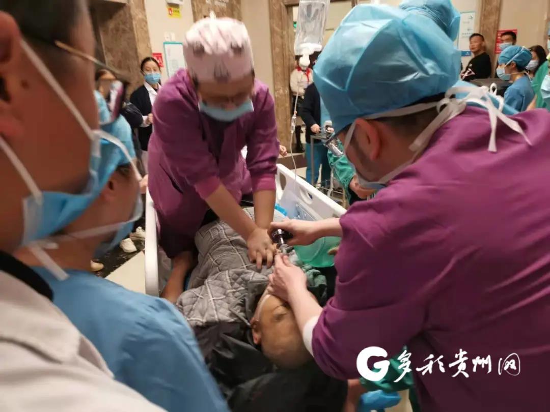 手术室门外一男子突然晕倒 医护人员开展生死救援