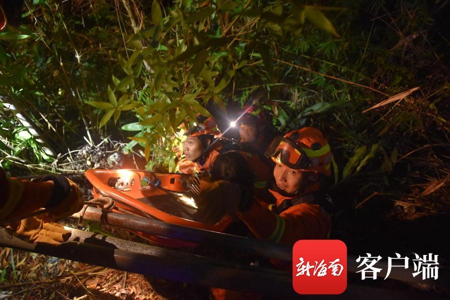 """命悬一线!女子被甩下山崖卡在树枝上 五指山消防""""空降""""救援"""
