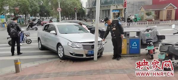 男子喝完酒不能开车让新手同伴代劳 转眼就撞上了信号灯