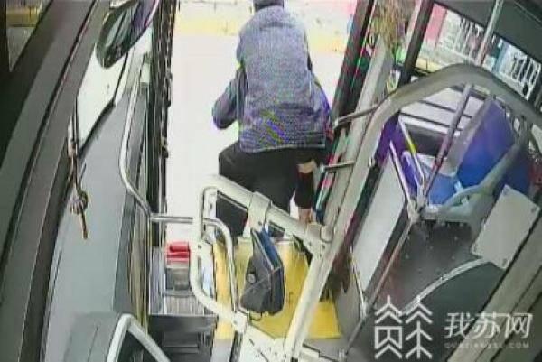 暖心!迷路老人公交车上痛哭,司机将他背到派出所