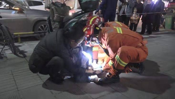湖北利川:三岁女孩脚卡人行道,消防叔叔送上棒棒糖暖心救援