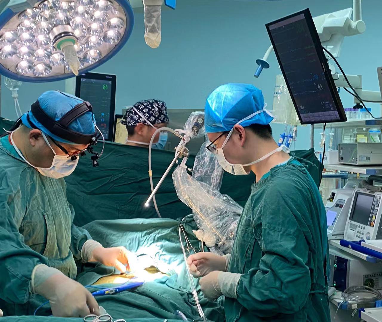 """肿瘤""""钻""""入心脏长到网球大 8小时手术成功切除"""