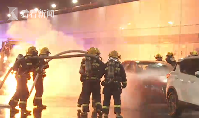视频 争分夺秒!虹梅南路隧道消防演练模拟应急处置