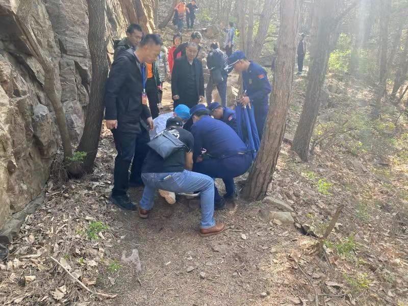 游客爬山途中突然晕倒 平谷消防紧急救助