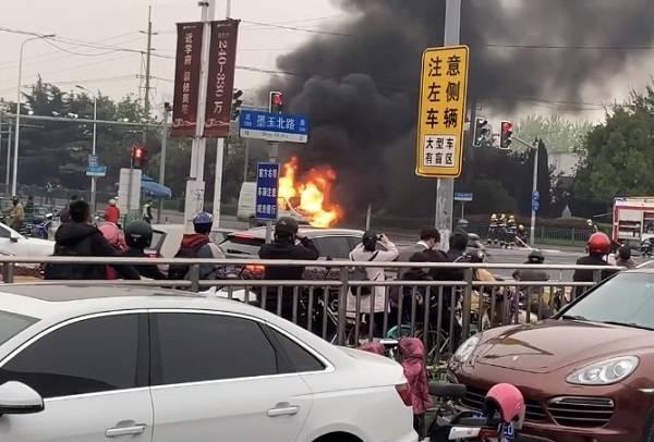 面包车行驶途中突发起火 消防部门迅速处置