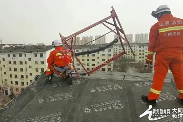 大风来袭,居民楼顶太阳能摇摇欲坠,消防员紧急排险