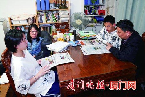 厦门70后家长将客厅变成学习空间:孩子做作业时 大人读书看报