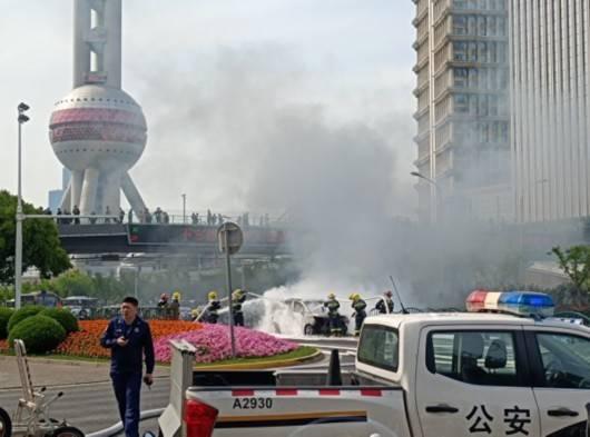上海浦东世纪大道发生轿车自燃 阵阵黑烟浦江对岸可见