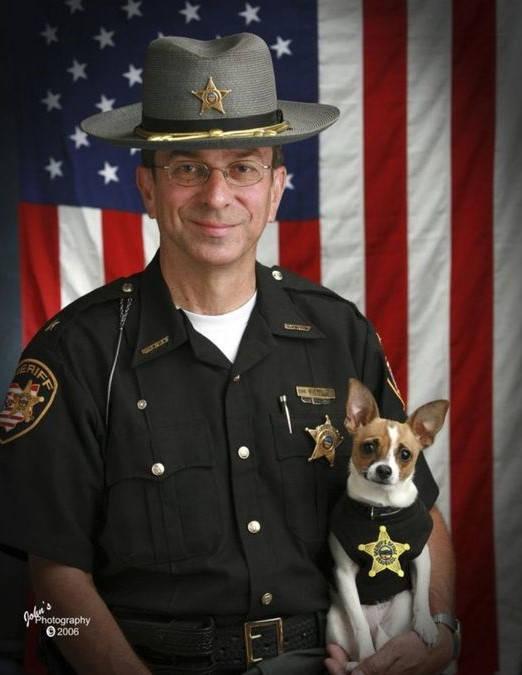 世界最小警犬与警长搭档在同天相继去世