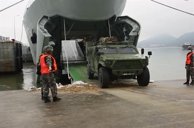 """太猛了!猛士三和新型坦克登陆舰首次合体""""跨海投送"""""""