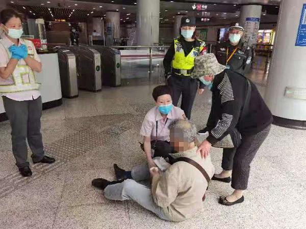 七旬老伯突发心梗 地铁工作人员及时救助
