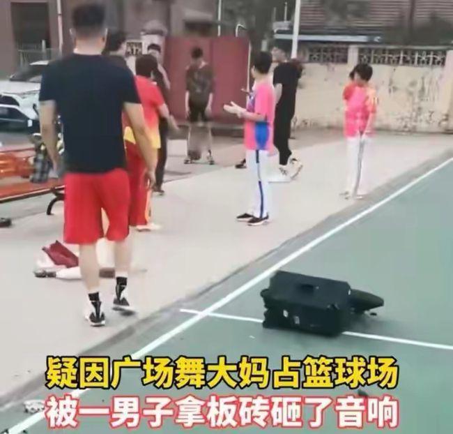 """""""终于给她们砸了!""""山东大妈为跳广场舞,站篮球架下"""