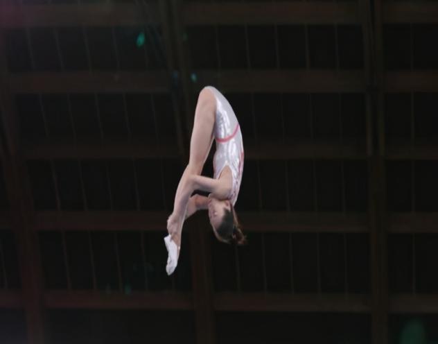 蹦床女神因比赛失误,意外将腿插进器械,与决赛擦肩而过