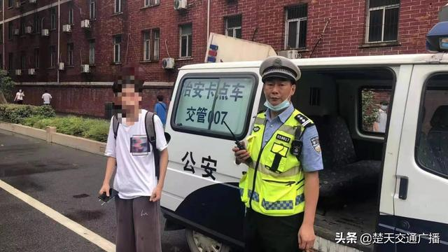 迷糊男生赴考途中发现忘带身份证后求助交警,武汉青山交通大队汉警快骑紧急援助
