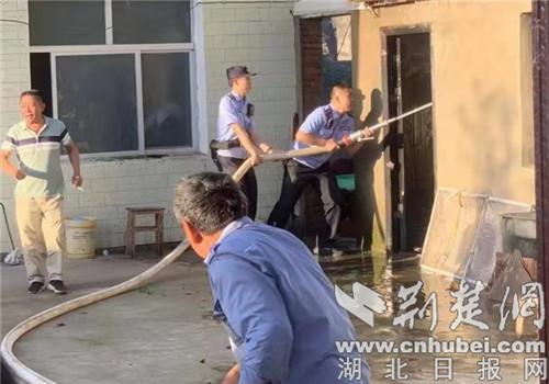 民房起火 枣阳警方快速灭火救援