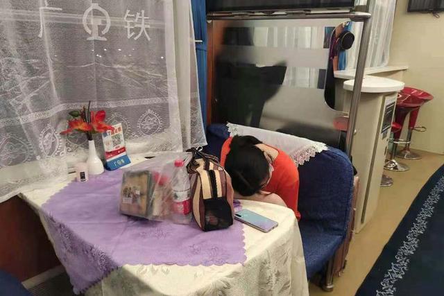 河南15岁女孩跨2000公里与网友见面,列车工作人员将