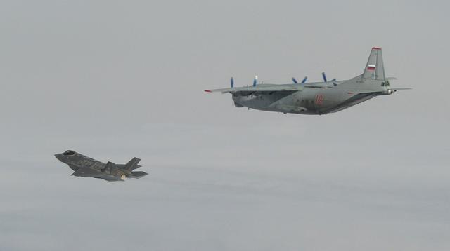 意大利舆论战彻底翻车,F35伴飞安12遭俄逼退,苏30不断贴近双机险些碰撞