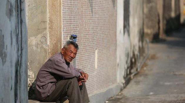 45岁男人:五年没回家,每月给妈寄2千,看到妈遗物才知