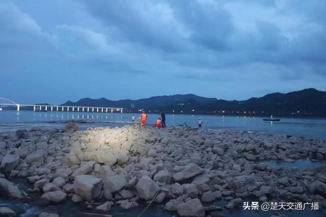 宜昌:两男子钓鱼被困浅滩 消防员涉水救援