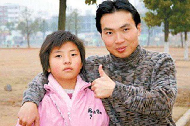 16年过去,带弃婴妹妹上大学感动中国的洪战辉,兄妹俩现在怎样?