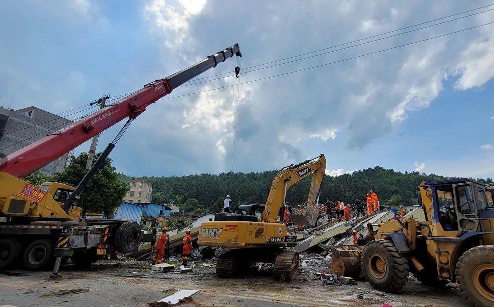 湖南郴州一房屋垮塌 已有8人获救生命体征正常 涉事房屋为居民自建房