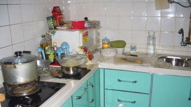 武汉发现一户人家厨房,布置得真高级,拍给大家看看,美观又实用