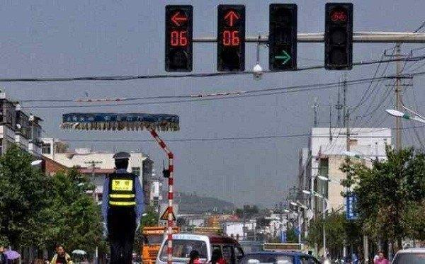 等十几分钟红灯一直没变,过去算闯红灯吗?交警:再说最后一遍