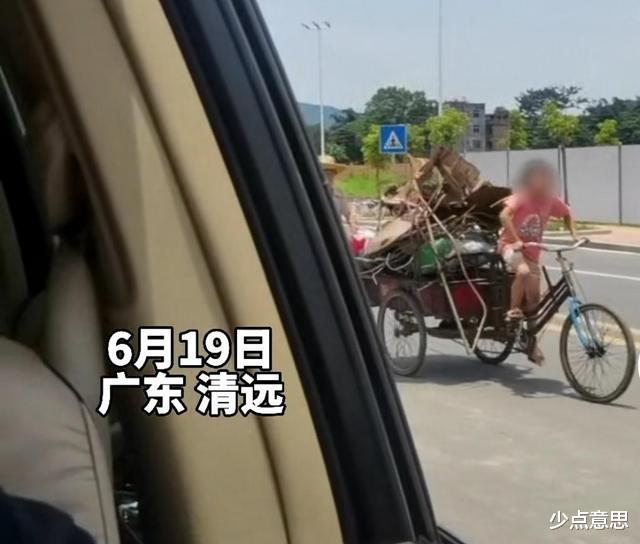 广东:8岁女孩骑三轮车帮奶奶拖货,奶奶走在后面扶着,看了心酸