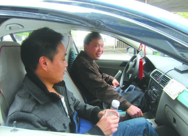 为啥出租车师傅中午才去加油?加油工:这是懂车的!