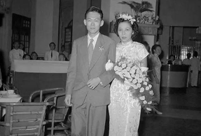 1946年秘密结婚相伴63年妻子去世,葬礼上李光耀两次吻别让人感动