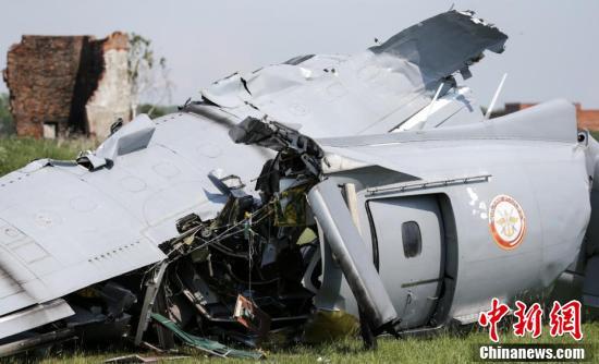 俄罗斯一架飞机发生硬着陆事故 残骸遍地