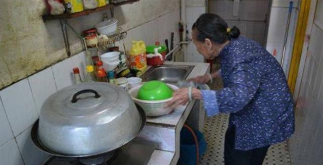 我妈伺候月子,老婆却不让她吃饭,怒砸厨房后,看见饭汤我哽咽了