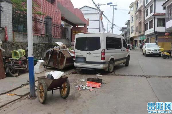 遵义正安一司机忘拉手刹 小车后溜3米撞伤2人
