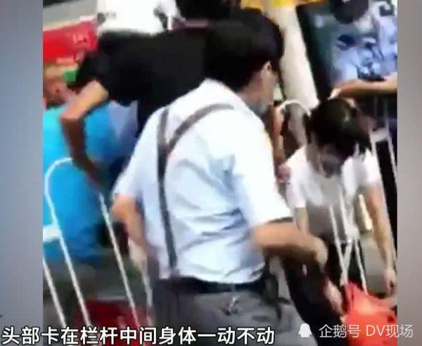 广州:女子中暑晕倒,脖子意外卡进护栏无法动弹