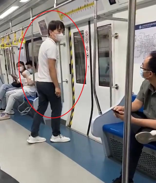 自己骂自己?北京一男子地铁上辱骂他人:坐地铁的都是穷逼