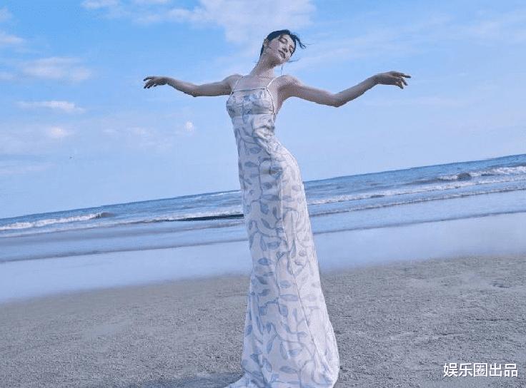 钟楚曦在海边拍大片,穿吊带裙身姿优美,连背影都让人心动