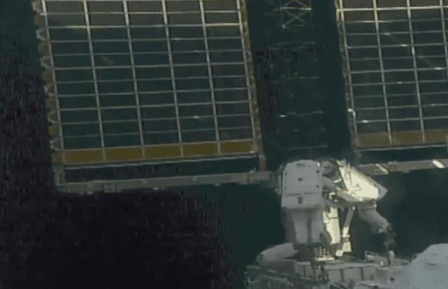 2名宇航员走出国际空间站,安装电池板失败,全球紧盯中国空间站