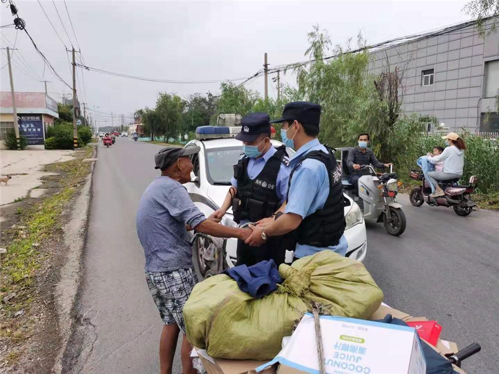 87岁老人摔倒路边 连云港警民合力救助