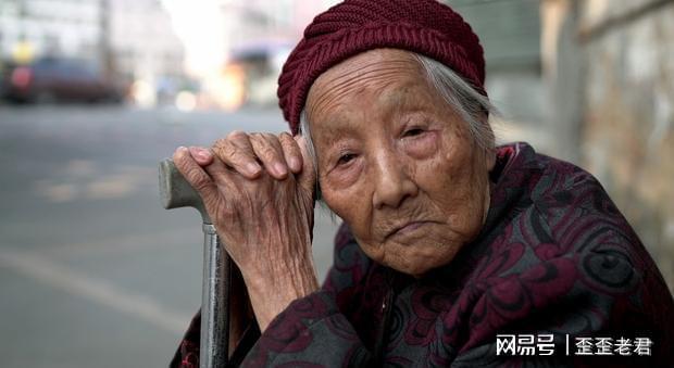 一位56岁退休女人哭诉:家有长寿老人,让我的退休生活苦不堪言