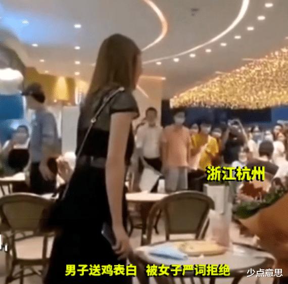 浙江杭州:男子表白被拒后当场撒泼,女子崩溃:看看你送的是些啥