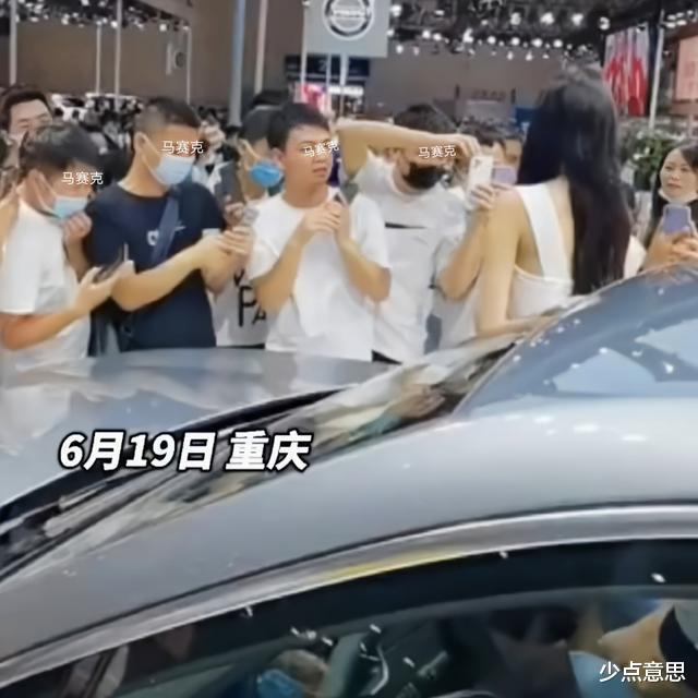 重庆:十余名男子将车模围在中间,一边评头论足,一边疯狂拍摄
