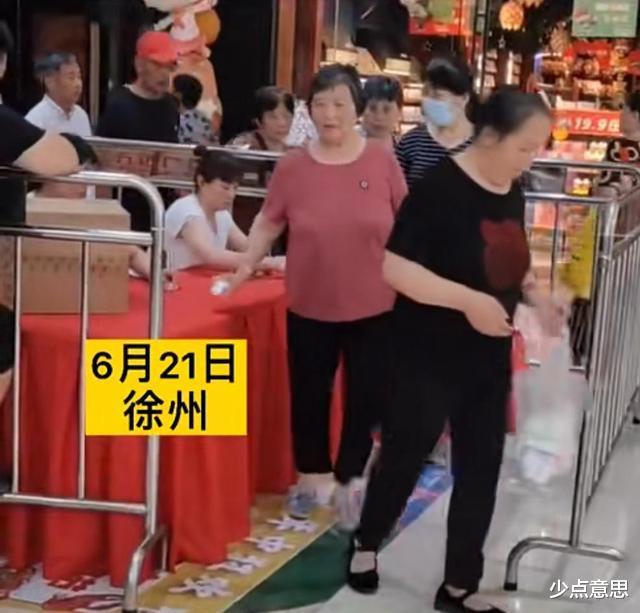 江苏:商场做活动,大爷大妈循环转圈领纸巾,累倒他们就麻烦了