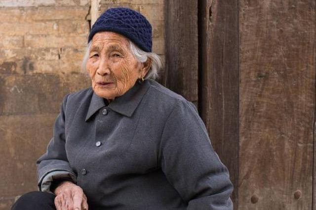 80岁老人痛哭:将100万拆迁款全部给女儿,让我的晚年痛苦不堪