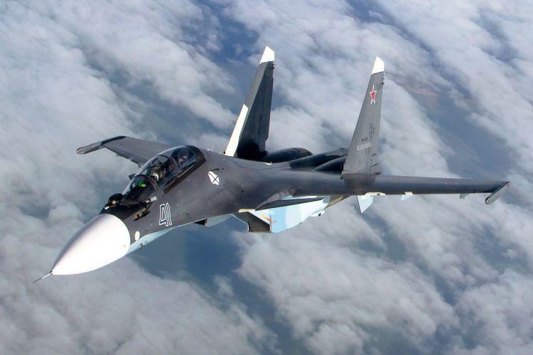 俄罗斯战机在鄂霍次克海上空拦截美军飞机