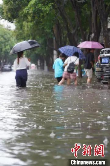 郑州千年一遇大暴雨,三天几乎下了一年的雨!地铁全线停运!罪魁有它