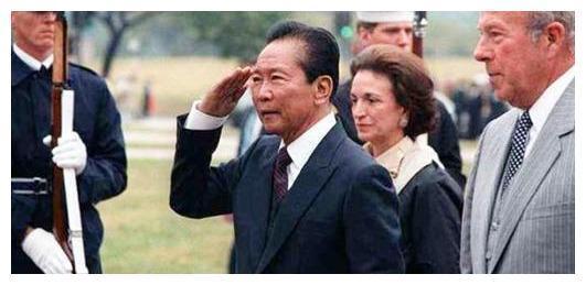 他贪污钱财无数、黄金数吨,拖垮全国经济,人民却赞扬他是好官